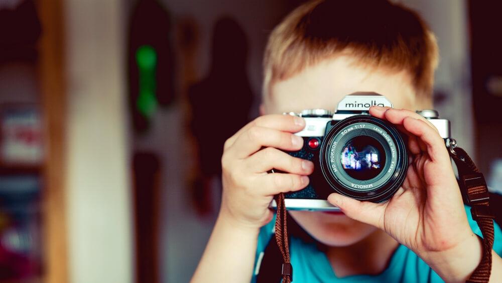 Un enfant avec un appareil photo