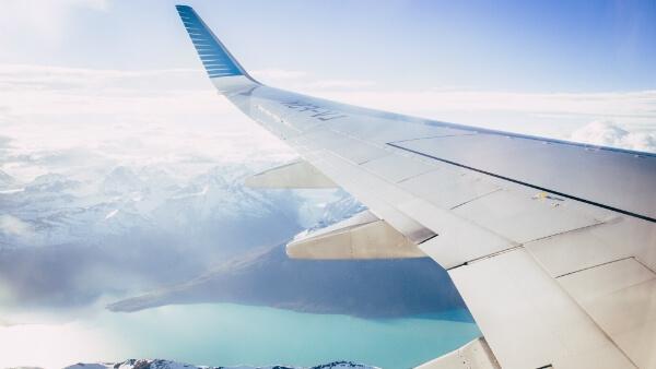 Avion au-dessus d'un glacier