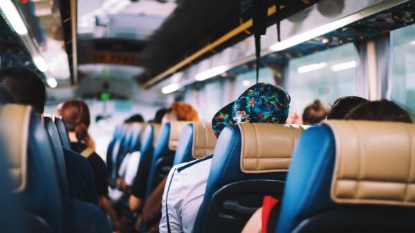 Personnes assises dans un autocar
